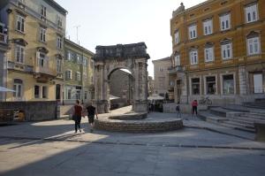 Slavoluk Sergijevaca, l'arc des Sergii, également appelé Zlatna vrata, alias la Porte d'or de Pula