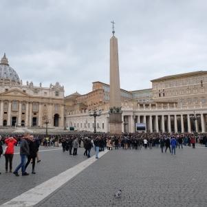 La place Saint-Pierre (avec à droite la fenêtre où apparaît le Pape)