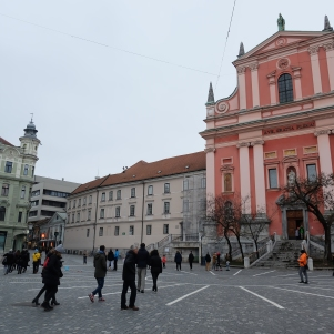 La place Presernov avec l'église de l'Annonciation