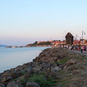 Vue sur le moulin et la vieille-ville de Nessebar
